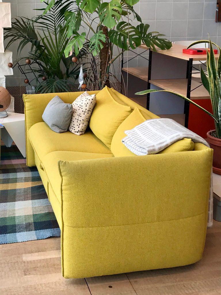 Kleurrijke meubels ,geel opvallend aanwezig !